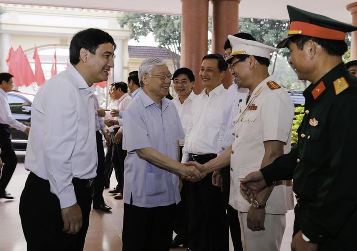 Tổng Bí thư Nguyễn Phú Trọng thăm hỏi các đồng chí lãnh đạo tỉnh Nghệ An.